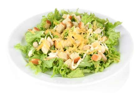 ensalada cesar: Ensalada César en el plato blanco, aislados en blanco