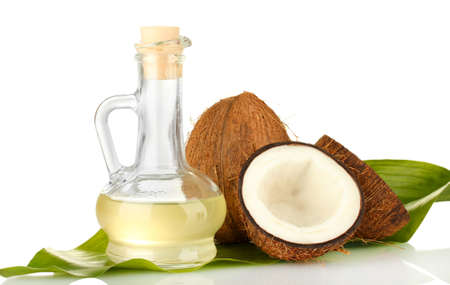 vida saludable: jarra con aceite de coco y el coco aislado en blanco