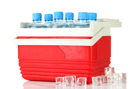 Kühlschrank Organizer Flaschen : Reisen kühlschrank mit flaschen wasser und eiswürfeln isoliert