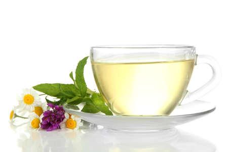 wei�er tee: Tasse Kr�utertee mit wilden Blumen und Minze, isoliert auf weiss