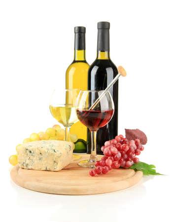 ワイン、おいしいブルーチーズ、ぶどう、白で隔離されます。