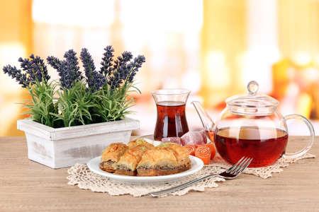 comida arabe: Dulce baklava en un plato con té sobre la mesa en la sala de Foto de archivo
