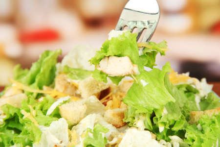 ensalada cesar: Ensalada César, de cerca, sobre fondo brillante