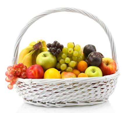 canasta de frutas: Surtido de frutas ex?ticas en la cesta aislada en blanco