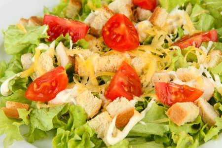 ensalada cesar: Ensalada C?sar en el plato blanco, de cerca