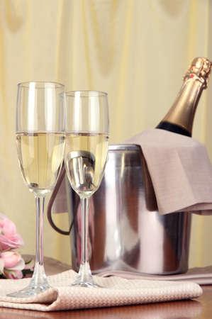 brindisi spumante: Champagne e bicchieri sul tavolo tondo sullo sfondo di panno