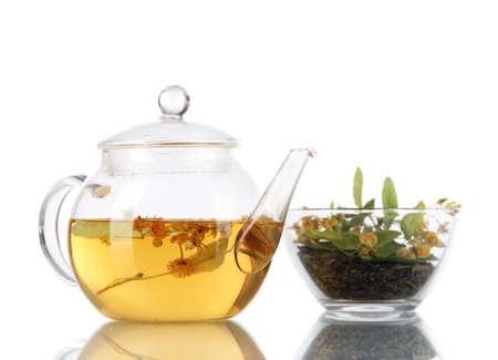 linde: Wasserkocher und Schale Tee mit Linden auf Holztisch Natur Hintergrund