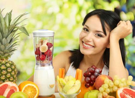 Meisje met vers fruit op natuurlijke achtergrond