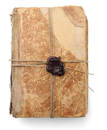 libros viejos: Libro antiguo con sello de la cera, aislado en blanco