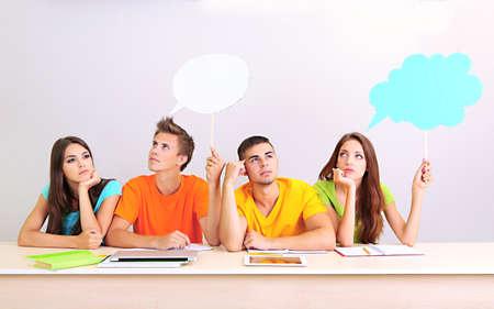 hombre escribiendo: Grupo de estudiantes j�venes que se sientan en la sala de