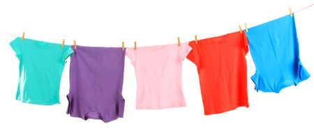 lavanderia: L?nea de ropa con ropa aislados en blanco Foto de archivo