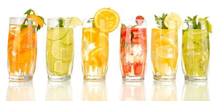 bebidas frias: Vasos de bebidas de frutas con cubos de hielo aislados en blanco