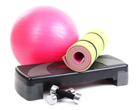Verschiedene Werkzeuge für Fitness isoliert auf weiß