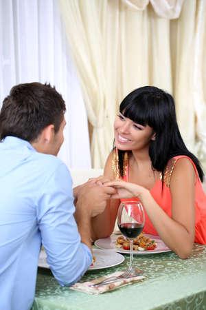 romantic dinner: Beau couple ayant dîner romantique au restaurant