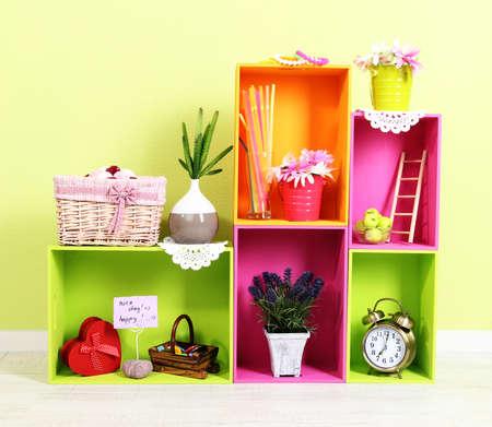 addition: �tag�res de diff�rentes couleurs vives avec plus d�corative sur fond de mur