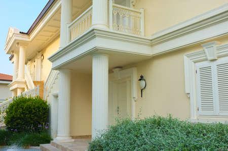 fachada: Casa moderna con jardines en la parte delantera