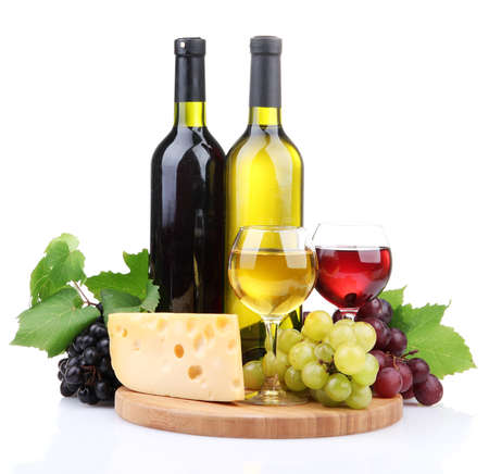 queso blanco: Botellas y vasos de vino, surtido de uvas y queso aislados en blanco Foto de archivo