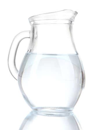 Glas kruik water op wit wordt geïsoleerd