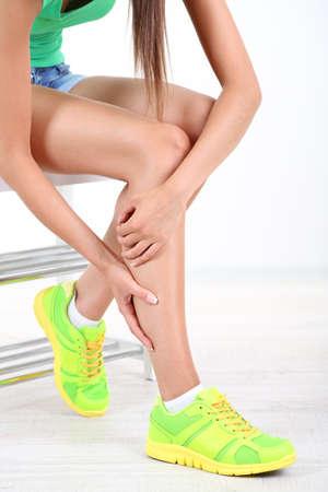 dolor muscular: Chica con dolor en el pie aislado en blanco Foto de archivo