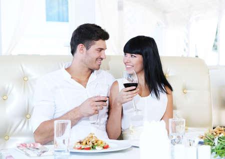 romanticismo: Bella coppia con cena romantica al ristorante