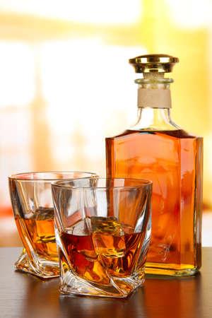 botella de whisky: Vaso de whisky con una botella, sobre fondo oscuro Foto de archivo