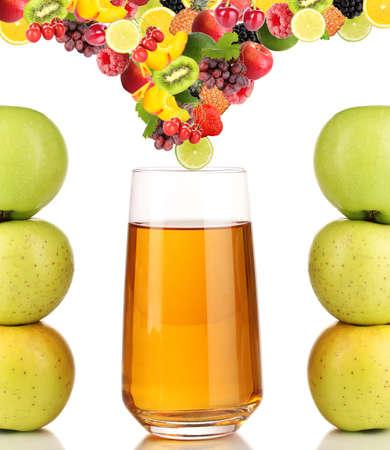 jugos: Frutas y bayas diffferent cae en un vaso de jugo fresco, aislado en blanco