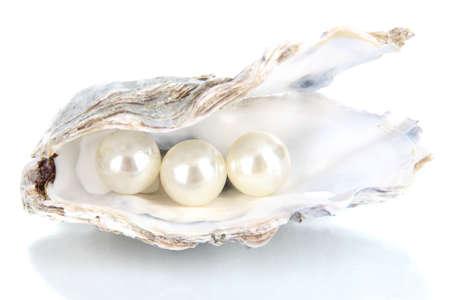 Open oester met parels geïsoleerd op wit Stockfoto