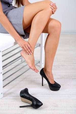 lesionado: Chica con dolor en el pie aislado en blanco Foto de archivo
