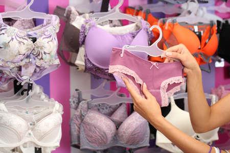 Schöne junge Frau im Geschäft mit Unterwäsche Standard-Bild - 22071942