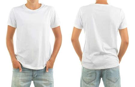 T-shirt sur le jeune homme devant et derrière isolé sur blanc