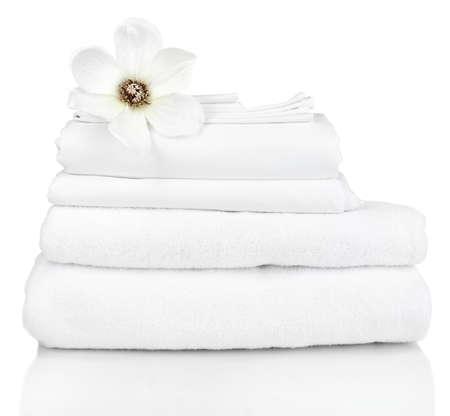 白で隔離されるきれいな寝具シートのスタック 写真素材