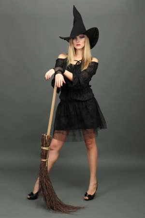 bruja sexy: Bruja de Halloween con una escoba