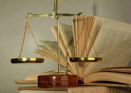 balanza en equilibrio: Escamas de oro de la justicia y los libros Foto de archivo