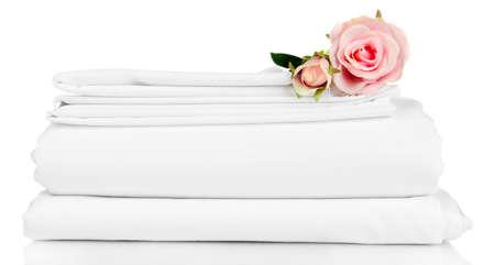 apilar: Pila de hojas de ropa de cama limpia aisladas en blanco Foto de archivo