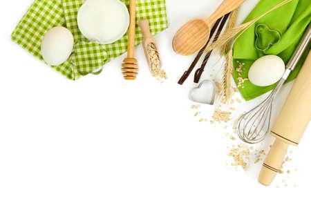 Concetto di cucina. Ingredienti di base di cottura e utensili da cucina isolato su bianco