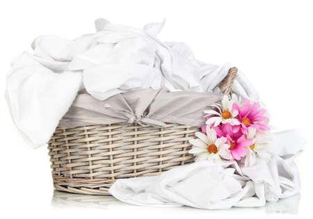 lavanderia: Ropa de cama de s�banas arrugadas en canasta de mimbre aislados en blanco