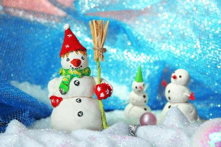 Piękne bałwanki i świąteczne dekoracje, na jasnym tle Zdjęcie Seryjne