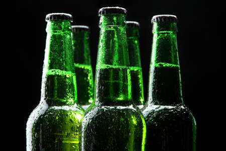 botellas de cerveza: Botellas de cerveza en el fondo negro Foto de archivo