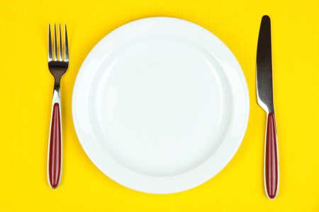 ナイフ、カラー プレートと色の背景上のフォーク