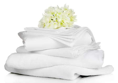 apilar: Pila de hojas de ropa de cama y toallas limpias aisladas en blanco