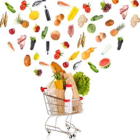 Los productos alimenticios que vuelan de cesta de la compra aislados en blanco Foto de archivo - 22789668