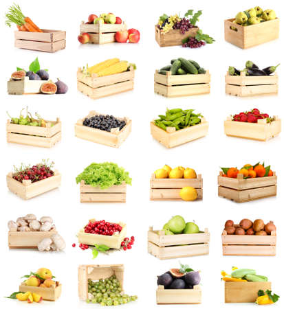 Collage van groenten en fruit in houten dozen op een witte