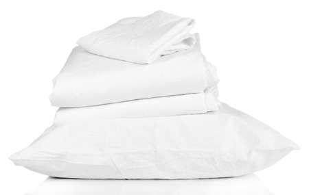 Pila di fogli spiegazzati letto isolato su bianco