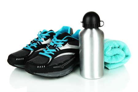 escarpines: Botella de Deportes, zapatillas y toalla aislados en blanco Foto de archivo