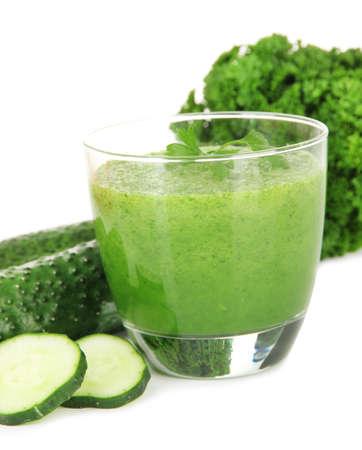 légumes vert: Vert jus de légumes isolé sur blanc