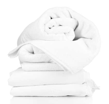 白で隔離されるしわくちゃの寝具シートのスタック