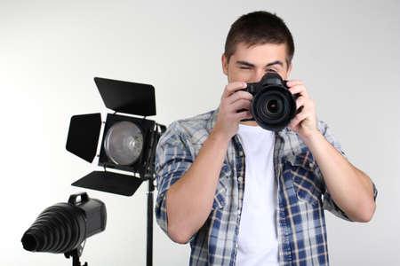Photographe bel avec l'appareil, sur la photo de studio fond Banque d'images - 24173902