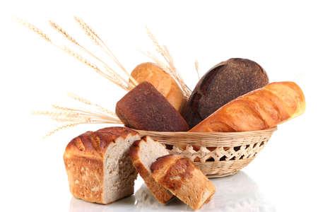 canasta de panes: Pan fresco en cesta aislados en blanco
