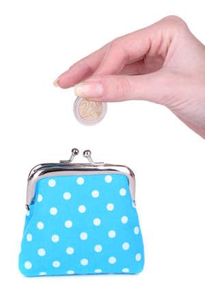 Bolso de color azul y la moneda en la mano femenina aislado en blanco Foto de archivo