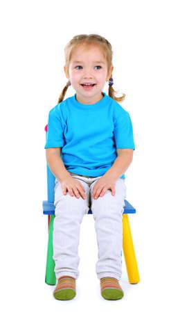Kleine Kinder spielen auf Stühlen isoliert auf weiß